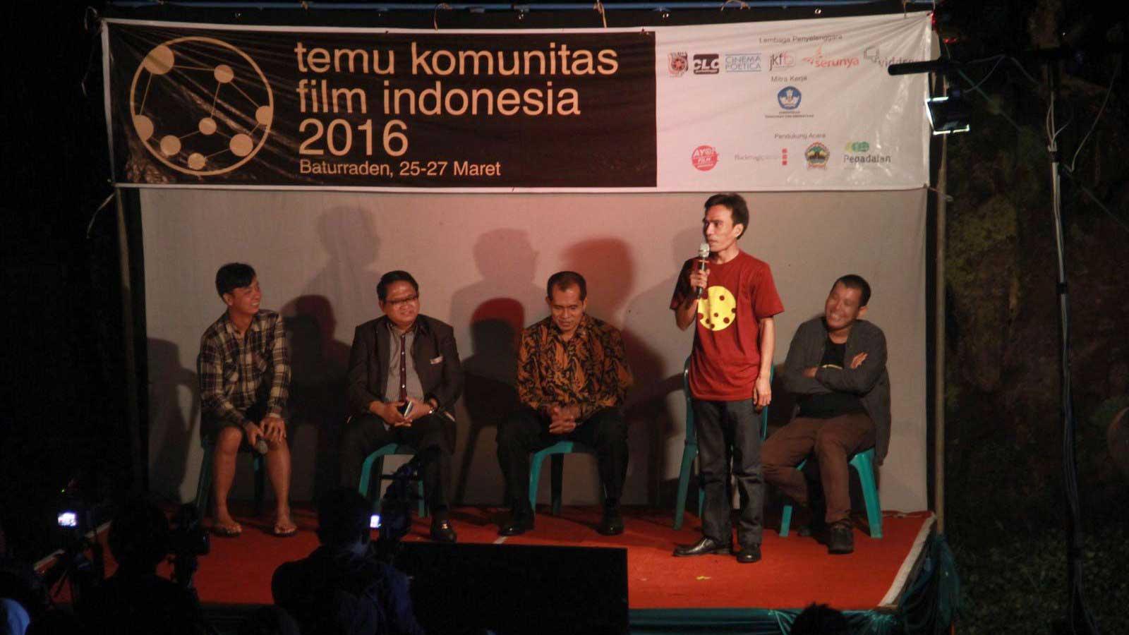 Maman Wijaya (berdiri) bersama Dimas Jayasrana, Mujib Rohmat, Abdul Kharis, dan Adrian Jonathan (kiri-kanan) saat presentasi tentang kondisi perfilman Indonesia.