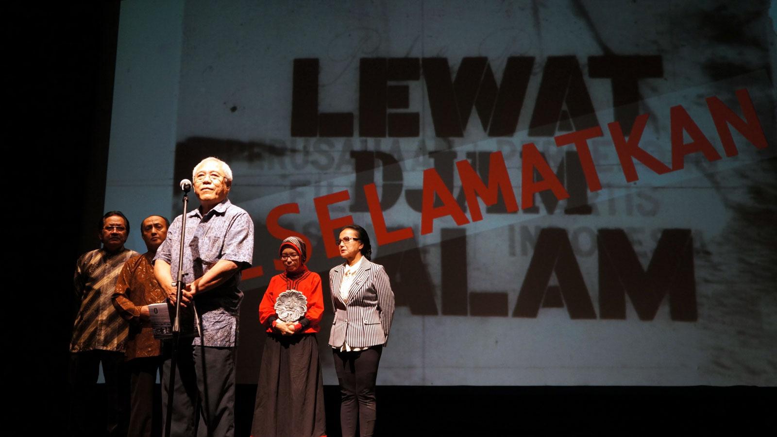 JB Kristanto (paling depan) membuka malam peluncuran hasil restorasi film Lewat Djam Malam
