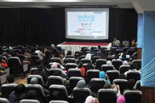Suasana dalam ruang pemutaran Malang Film Festival 2012