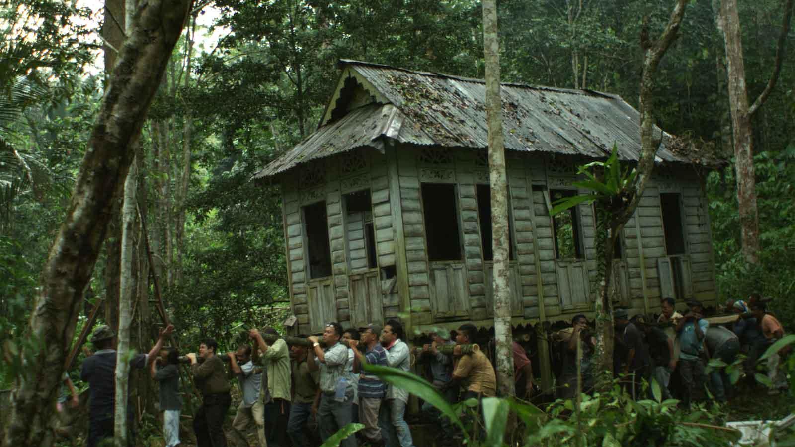 Tradisi angkat rumah dalam film Lelaki Harapan Dunia (2014)