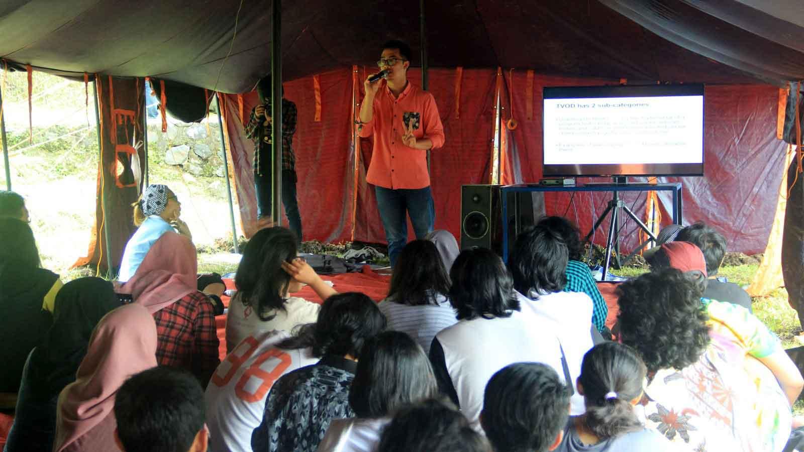 Dennis Adhiswara memandu kelas distribusi dan teknologi di Temu Komunitas Film Indonesia 2016